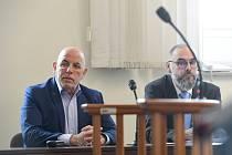 Bývalý poradce nynějšího prezidenta Miloše Zemana Zdeněk Šarapatka (vlevo) u pražského městského soudu