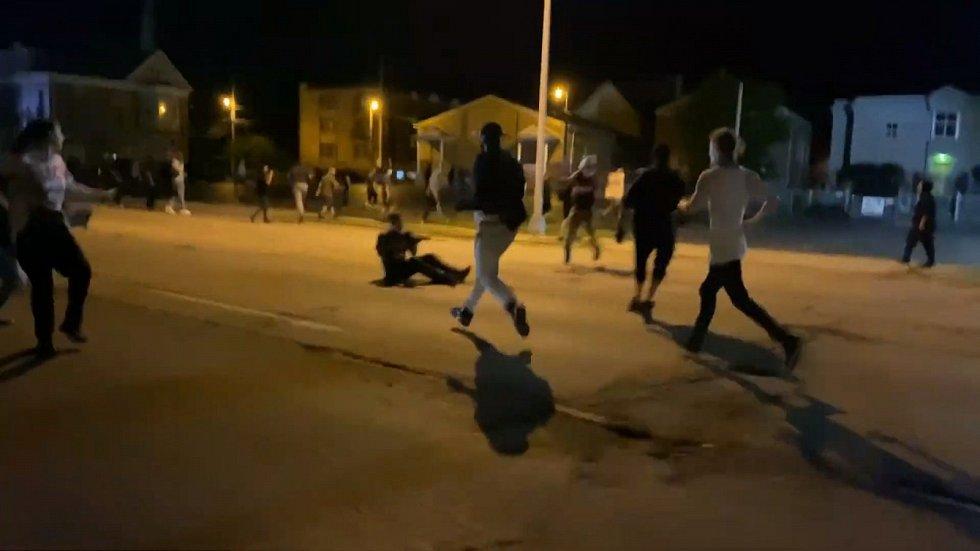 Jako první ho dostihl muž v bílém tričku, který ho zezadu napadl a udeřil. O chvíli později Rittenhouse spadl