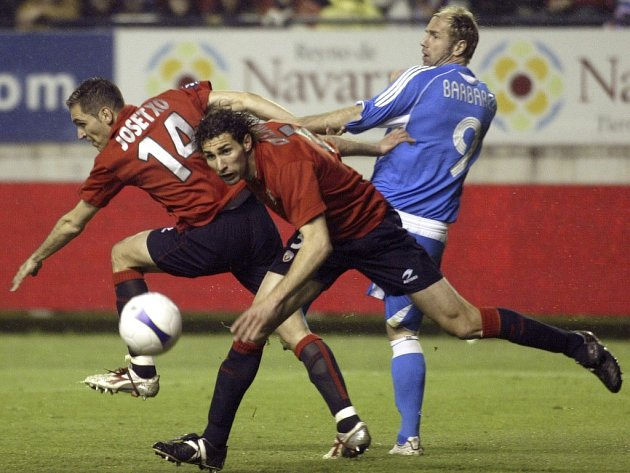 Josetxu Romero (vlevo) a Carlos Cuellar (oba Osasuna Pamplona) bojují o míč s hráčem Bayeru Leverkusen Sergej Barbarez (vpravo). Do semifinále postupuje Osasuna.
