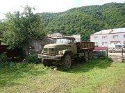 Sovětské těžkotonážní vozidlo ZIL. Benzínový motor s pohonem 6x6 si vezme více jak 100l na 100km. S rozbitými horskými cestami si poradí hravě.