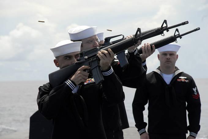 Čestná salva během pohřbu jednoho z námořníků, kteří přežili zkázku Indianapolis