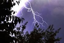 Blesk pročísl oblohu při silné bouřce. Ilustrační snímek