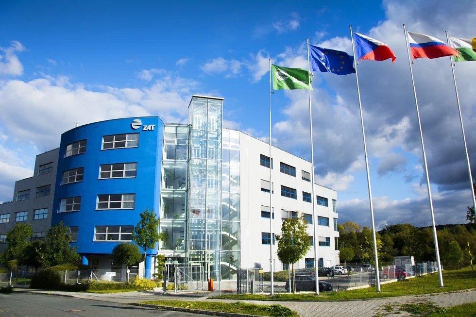 Vsídle společnosti ZAT vPzni visí vlajky zemí obchodních partnerů, kteří firmu aktuálně navštívili