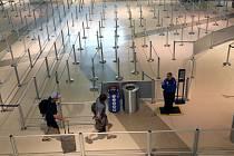 Vyprázdněná hala letiště v americkém Dallasu.