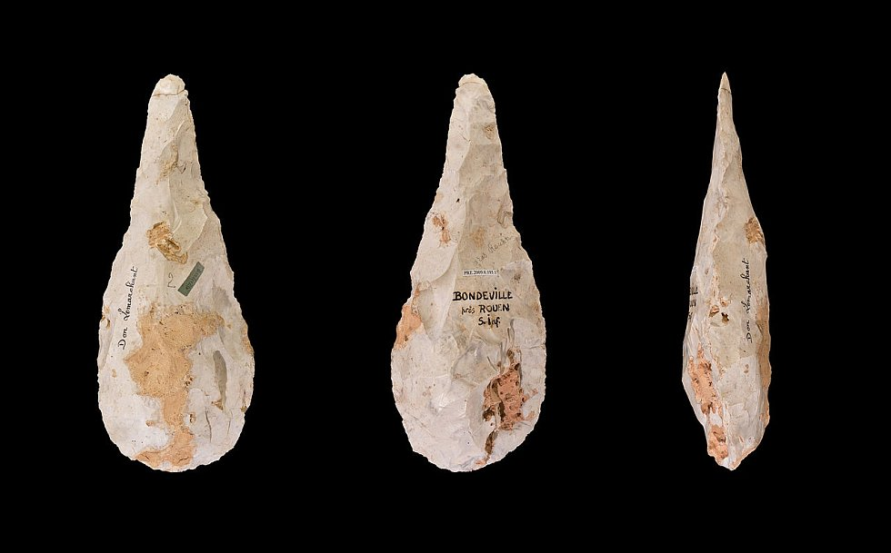Štípaný kamenný nástroj Micoquien ze tří různých úhlů