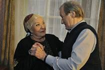 KRÁTKÉ SBLÍŽENÍ. Jana a Ota v křehké taneční chvíli v hotelovém pokoji (Jiřina Bohdalová a Radek Brzobohatý).