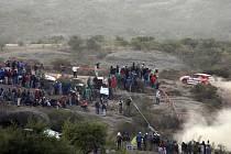 Diváci na Argentinské rallye sledují během první etapy domácího jezdce Gabriela Pozza se subaru.