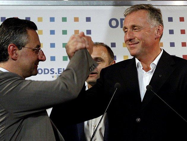 Lídr eurokandidátky ODS Jan Zahradil slaví volební vítězství s šéfem strany Mirkem Topolánkem.