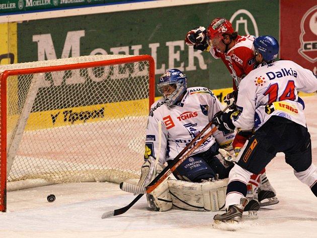 Narozdíl od Plzně a Znojma nedokázali hokejisté Vítkovic bodovat v Pardubicích a vypadli z první desítky.
