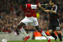 Emmanuel Adebayor (vlevo) v souboji s Javierem Mascheranem z Liverpoolu.