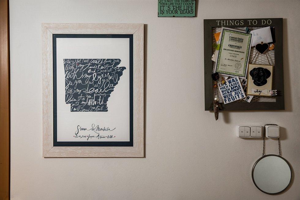 Na stěně v bytě visí Markétě Nausch Slukové zarámované motivační citáty i svatební slib.