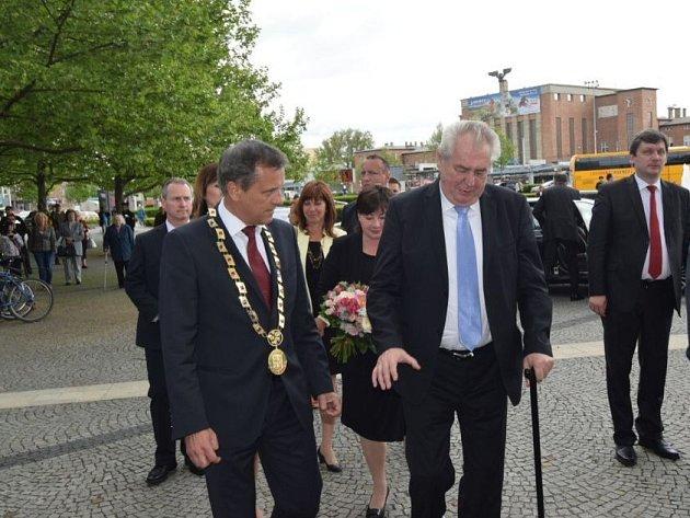 Prezident Miloš Zeman s chotí Ivanou přijel v úterý 13. května dopoledne na třídenní návštěvu Olomouckého kraj. Před sídlem krajského úřadu v Olomouci jej přivítal hejtman Jiří Rozbořil.