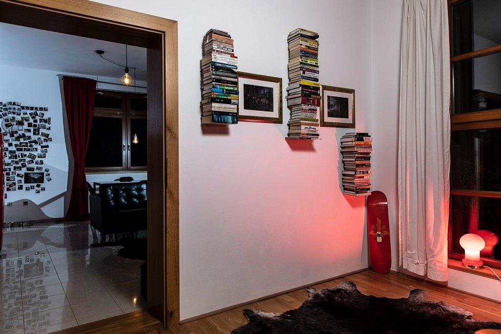 Fotky od Crewdsona, neviditelný knihovny a viditelný knihy, deska MA x Pasta a lampa z blešáku.