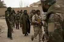 Příslušníci arabsko-kurdské koalice SDF během obléhání východosyrské vesnice Baghúz obsazené Islámským státem