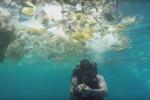 Moře na Bali zaneřáděné odpadky.