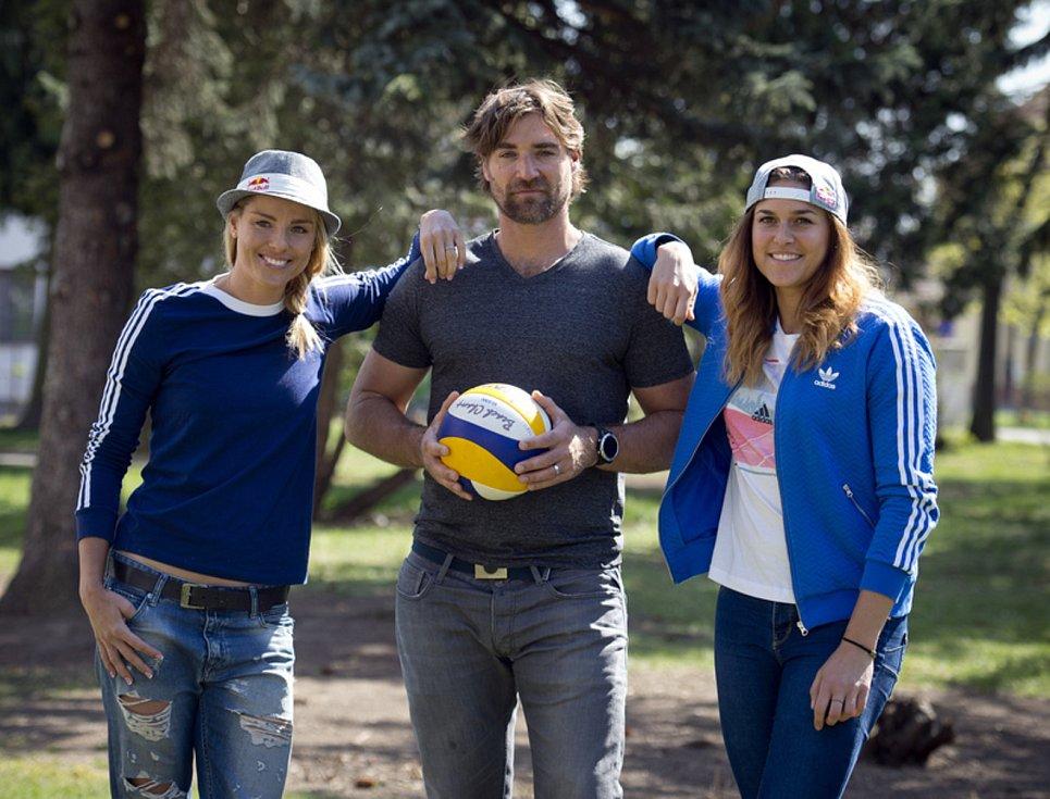 Plážové volejbalistky Markéta Nausch Sluková (vlevo), Barbora Hermannová (vpravo) a trenér Simon Nausch.