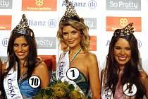 Pětadvacetiletá Iveta Lutovská z Třeboně (uprostřed) se stala Českou Miss 2009. 1. Českou Vicemiss byla vyhlášena osmnáctiletá Tereza Budková ze Sezimova Ústí (vlevo) a 2. Českou Vicemiss se stala osmnáctiletá Zina Šťovíčková z Nového Boru.