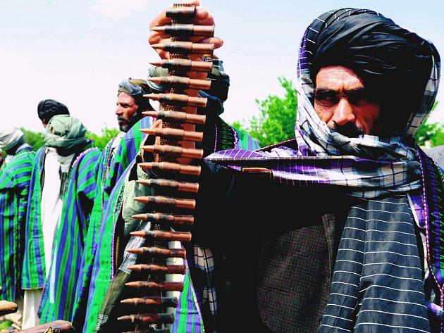 Za bojovným vzezřením členů hnutí Tálibán se ukrývají citliví básníci, tvrdí vydavatel.