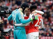 Petr Čech (vlevo) se raduje se spoluhráči z Arsenalu z výhry nad Leicesterem.