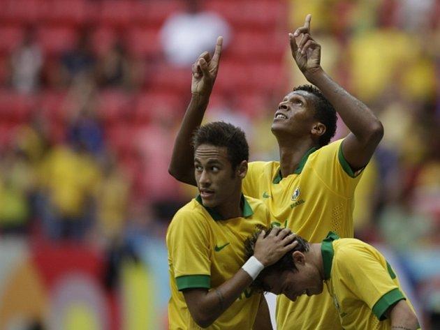 """Brazilští """"kanárci"""" (zleva) Neymar, Jo a Bernard se radují z gólu proti Austrálii."""