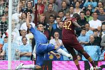Kanonýr Manchesteru City Yaya Touré (vpravo) se prosazuje přes Franka Lamparda z Chelsea v anglickém Superpoháru.