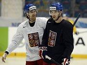 Obránci Jakub Nakládal (vlevo) a Petr Čáslava v dobré náladě na tréninku české reprezentace.