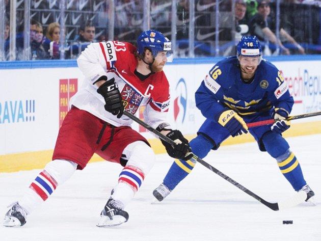 Kapitán českých hokejistů Jakub Voráček (vlevo) zakládá akci proti Švédsku.