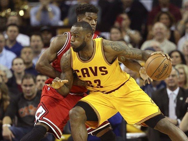LeBron James z Clevelandu (vpravo) obchází Jimmyho Butlera z Chicaga.