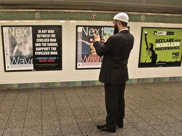 Na deseti stanicích newyorského metra se objevily plakáty označující islámskou svatou válku za surovost.