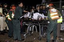 Záchranáři odvážejí raněné po sebevražedném útoku v pákistánském Láhauru.