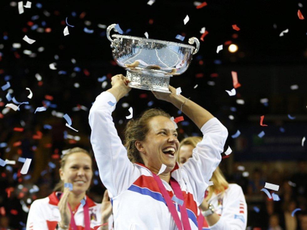 Hrdinka. Barbora Strýcová oslavuje triumf ve Fed Cupu.