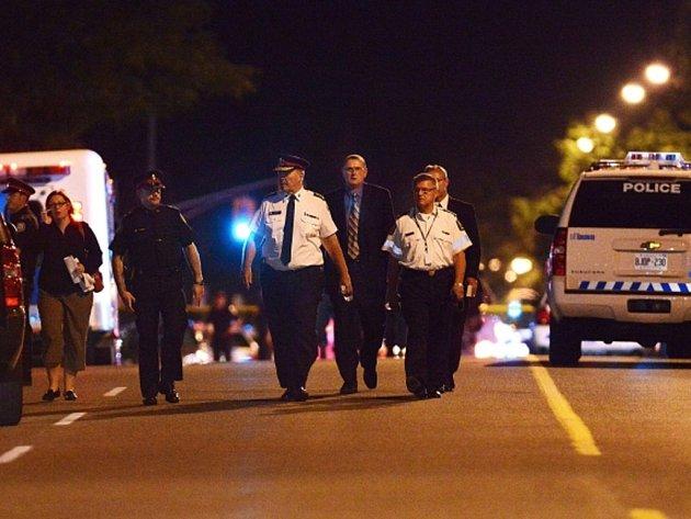Dva lidé přišli v pondělí večer o život a 19 bylo zraněno při přestřelce na večírku v největším kanadském městě Torontu. Podle policie se začalo střílet po hádce při večírku na zahradě, kde bylo asi 200 lidí.