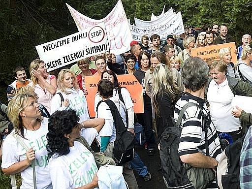 Zhruba 150 místních se sešlo na Modravě na protest proti aktivistům, kteří blokují těžbu kůrovcového dřeva.