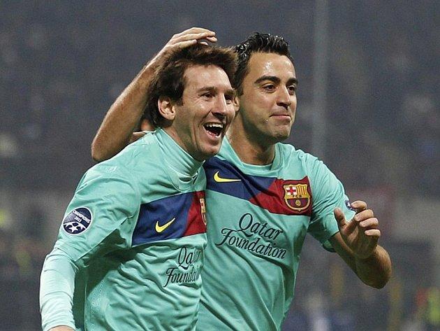 Hvězda Barcelony Lionel Messi se raduje s Xavim z gólu proti AC Milán.
