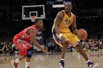 Hvězda Los Angeles Lakers Kobe Bryant (vpravo).