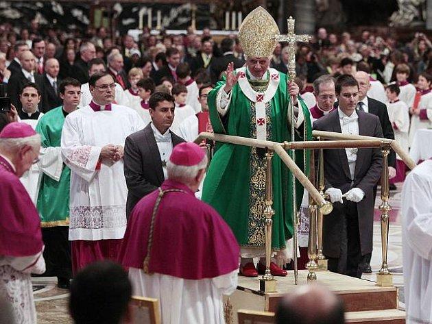 Papež Benedikt XVI. v neděli 16. října 2011 absolvoval cestu k hlavnímu oltáři ve vatikánské Svatopetrské bazilice na pohyblivé plošině.