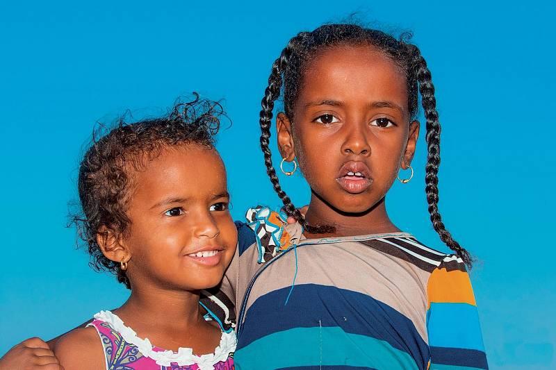 """Malé holčičky jsou již od malička drženy zkrátka. U beduínů je to často volnější, kdyby ale začaly chodit do školy, měly by dodržovat """"oblékací kodex""""."""