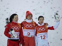 Zleva stříbrná Číňanka Čang Sin, zlatá Běloruska Huskovová a bronzová Číňanka Kong Fan-jü.