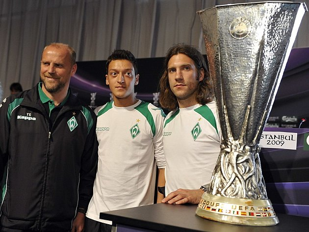 Kouč brémského Werderu Thomas Schaaf (vlevo) a jeho svěřenci Mesut Ozil (uprostřed) a Torsten Frings pózují u Poháru UEFA.