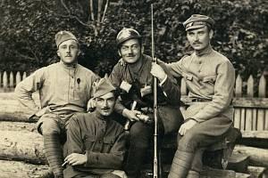 František Krejčí na historické fotografii (druhý zleva).