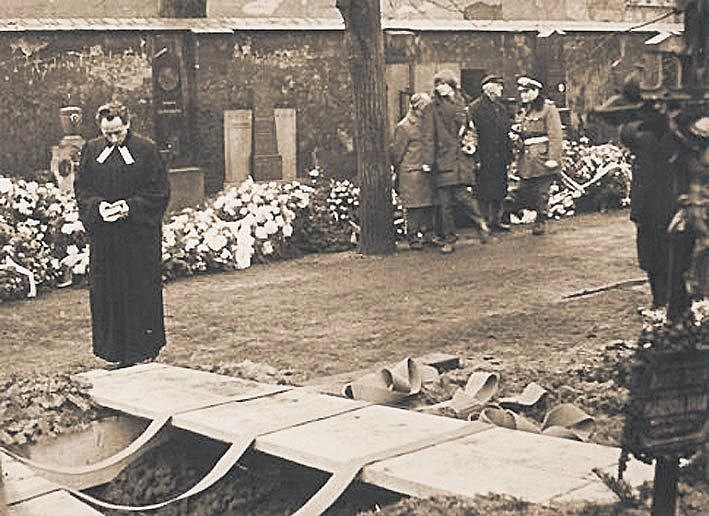 JAKUB TROJAN při pohřbu Jana Palacha na Olšanech.