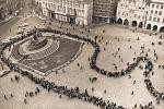 POHŘEBNÍ PRŮVOD a zástup, který na Staroměstském náměstí čeká, až se bude moci poklonit Janu Palachovi na nádvoří Karolina.