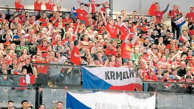 Podpora v hledišti. Za českými házenkáři přijela do Vídně spousta fanoušků.