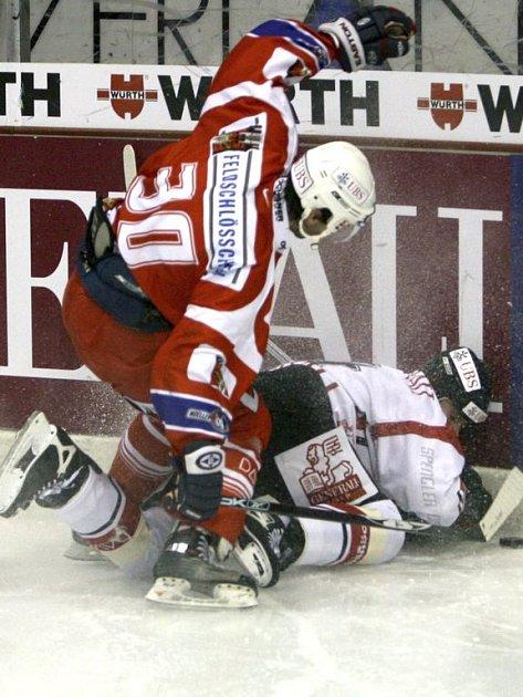 Miroslav Hlinka poslal k ledu Shawna Heinse.