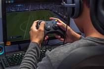 Když nemohou fotbalisté hrát zápasy venku na stadionech, tak si chvíle krátí aspoň fotbalem virtuálním.