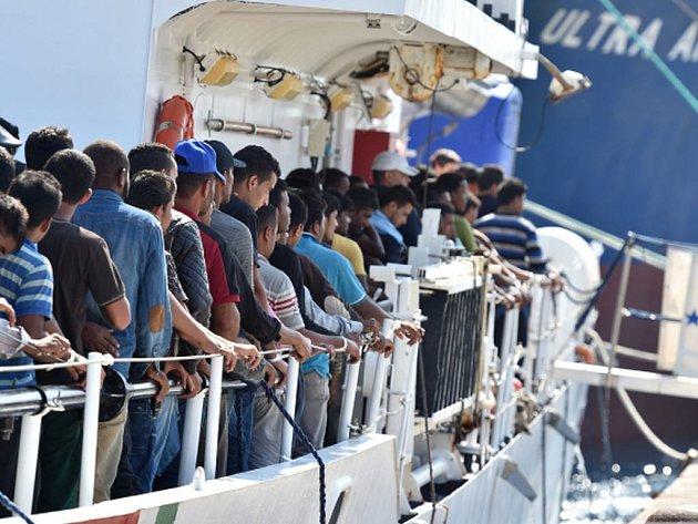 Ve Středozemním moři u břehů Libye bylo v sobotu zachráněno na 4400 uprchlíků. Aktualizovanou bilanci dnes zveřejnil mluvčí italské pobřežní hlídky.