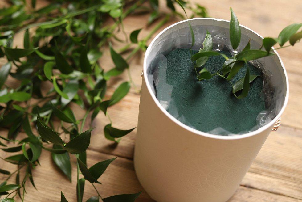 Aranžovací hmotu položte do nádoby s dostatečným množstvím vody. Že je dostatečně nasáklá vodou, poznáte podle toho, že nestoupá na hladinu
