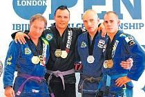 Český reprezentační výběr v BJJ na International London Open 2011. Vlevo Ladislav Rybníček.