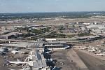 Letiště JFK v americkém New Yorku. Součástí tohoto letiště byl hotel Ramada Plaza, jemuž se přezdívalo Hotel zlomených srdcí.