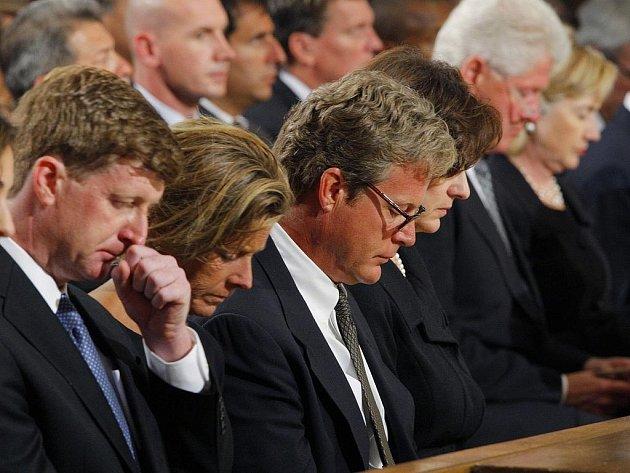 Členové klanu Kennedyů na zádušní mši za amerického senátora Edwarda Kennedyho. Zleva kongresman Patrick Kennedy, dcera Kara Kennedyová, Edward Kennedy mladší a Vicki Reggie Kennedyová.